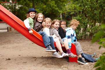 Gruppe Kinder auf der Rutsche