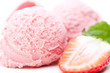 Ausschnitt von Erdbeereis mit Erdbeeren