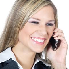 Attraktive Frau mit Handy telefoniert lachend