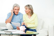Seniorenpaar reklamiert per Telefon