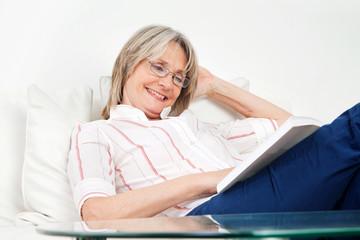 Lachende Frau liest ein Buch