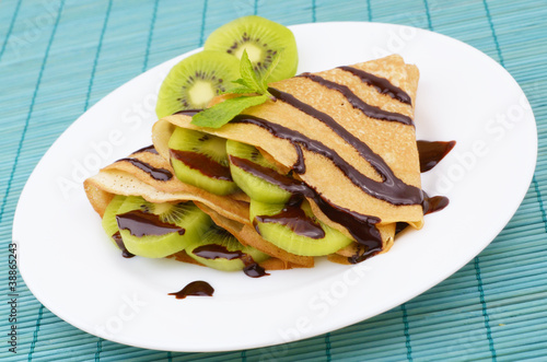 Kiwi crepes with chocolate syrup