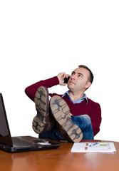 Hombre descansando en la oficina.