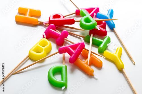 Bunte Buchstabenkerzen mit Zahnstocher