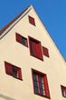 Giebelhaus mit roten Fenstern