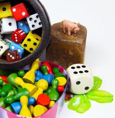 Spielfiguren und Würfel