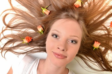 femme avec fleur roses