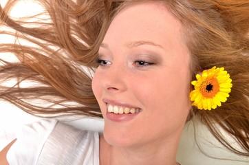 femme avec fleur gerber