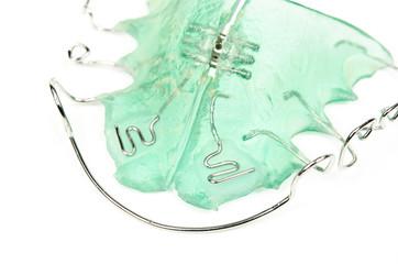 grüne Zahnspange, Detailansicht von unten