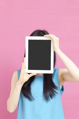 タブレットPCの画面を見せる女性