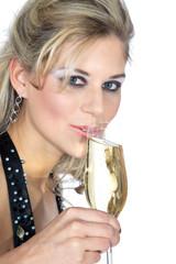 Hübsche Frau trinkt Sekt auf Neujahr