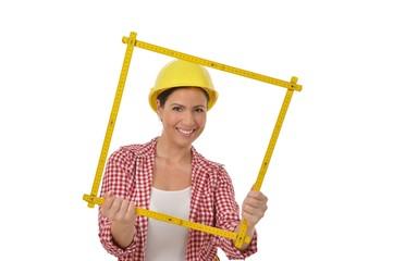 Arbeiterin mit gelbem Helm bastelt ein Quadrat