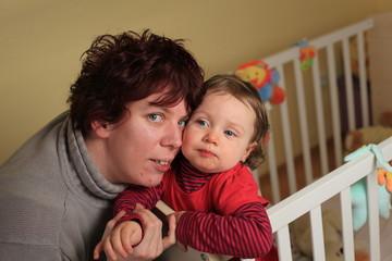 Junge Mutter mit Kind im Arm