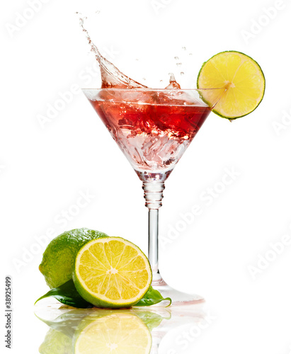 Foto op Plexiglas Opspattend water Red martini cocktail with splash and lime isolated