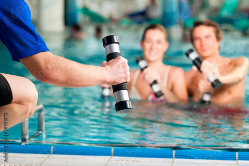Fitness - Gymnastik unter Wasser im Kurbad