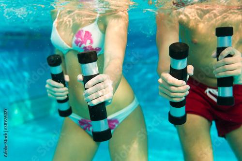 Leinwanddruck Bild Fitness - Sport unter Wasser im Schwimmbad