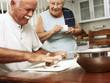 Abuelos cocinando en una cocina.