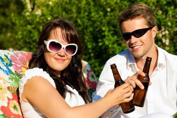 Paar trinkt Bier im Sommer