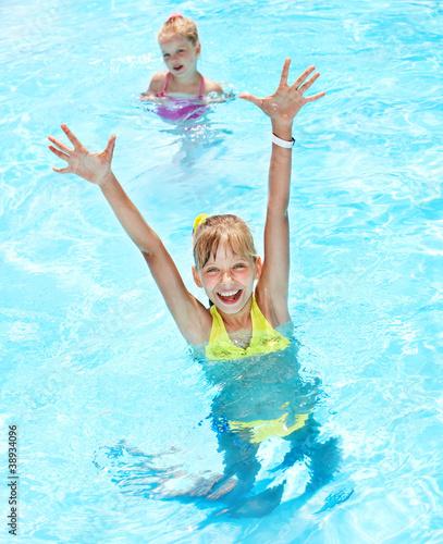 Leinwanddruck Bild Children in swimming pool.