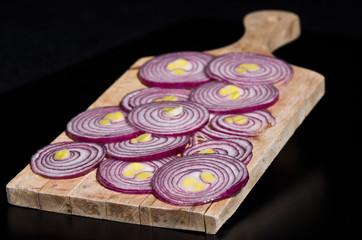 Cipolla rossa tagliata a fette su tagliere 4