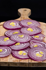 Cipolla rossa tagliata a fette su tagliere 5
