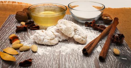 Pasta di mandorle con miele, zucchero, cannella