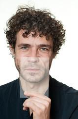 Mann mit gegensätzlicher Mimik
