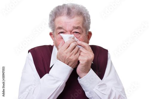 Senior putzt sich die Nase