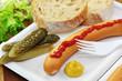 Wienerwurst mit Senf und Ketchup