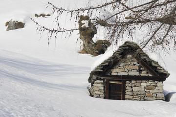 baita in pietra nella neve