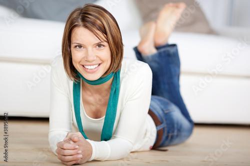 lächelnde frau im wohnzimmer