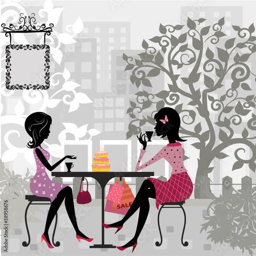 dziewczyna w letniej kawiarni i ciasta