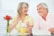 Lachende Senioren frühstücken