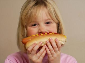 Niña feliz comiendo perro caliente,Hot Dog.