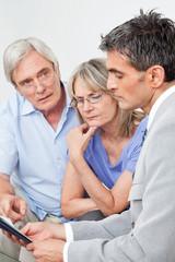 Senioren bei Verhandlung mit Fachberater