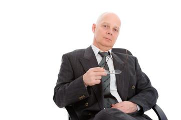 Sitzender Geschäftsmann mit Brille in der Hand