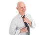 Älterer Geschäftsmann bindet seine Krawatte