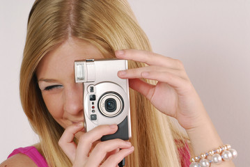 Mujer rubia tomando fotografías.