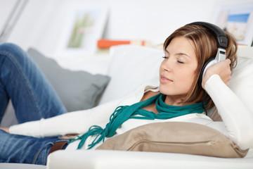 entspannte junge frau mit kopfhörern