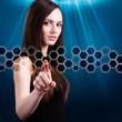 Frau drückt auf virtuelles Hexagon-Muster