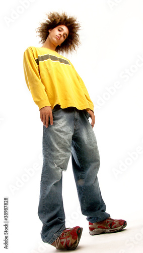 Joven afro estilo urbano.