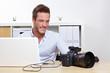 Fotograf kopiert Fotos von Kamera auf Computer