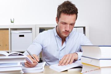Jurastudent lernt für Staatsexamen