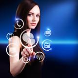 junge Frau wählt Chat als Kommunikationskanal aus