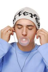 Niño escuchando música mascando chicle.