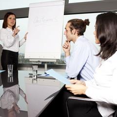Büroangestellte bei Präsentation im Konferenzraum