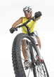 Joven deportista montando bicicleta montañera.