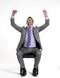 Joven ejecutivo sentado en una silla exitoso y contento.