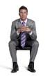 Joven ejecutivo dentado en una silla pensando.