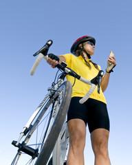 Radlerin macht kurze Pause